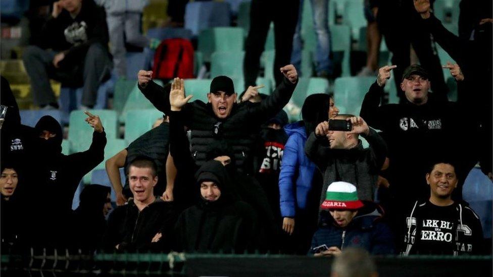 Aficionados de Bulgaria hacen señas
