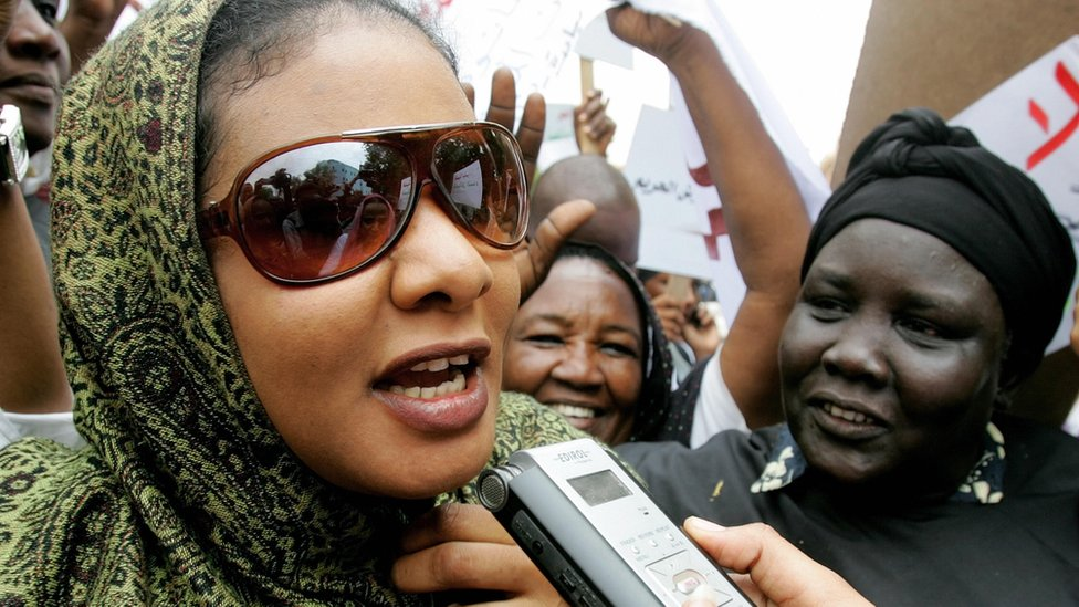 Sudanese journalist Lubna al-Hussein (l) talks to the press outside the court in Khartoum on 4 August 2009.