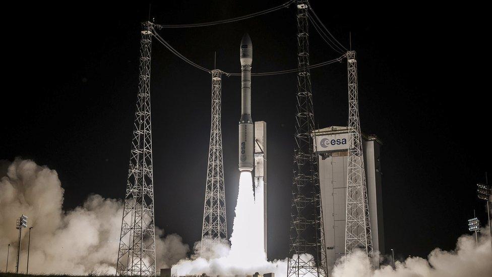 Foguete sendo lançado durante a noite no Centro Espacial de Kourou