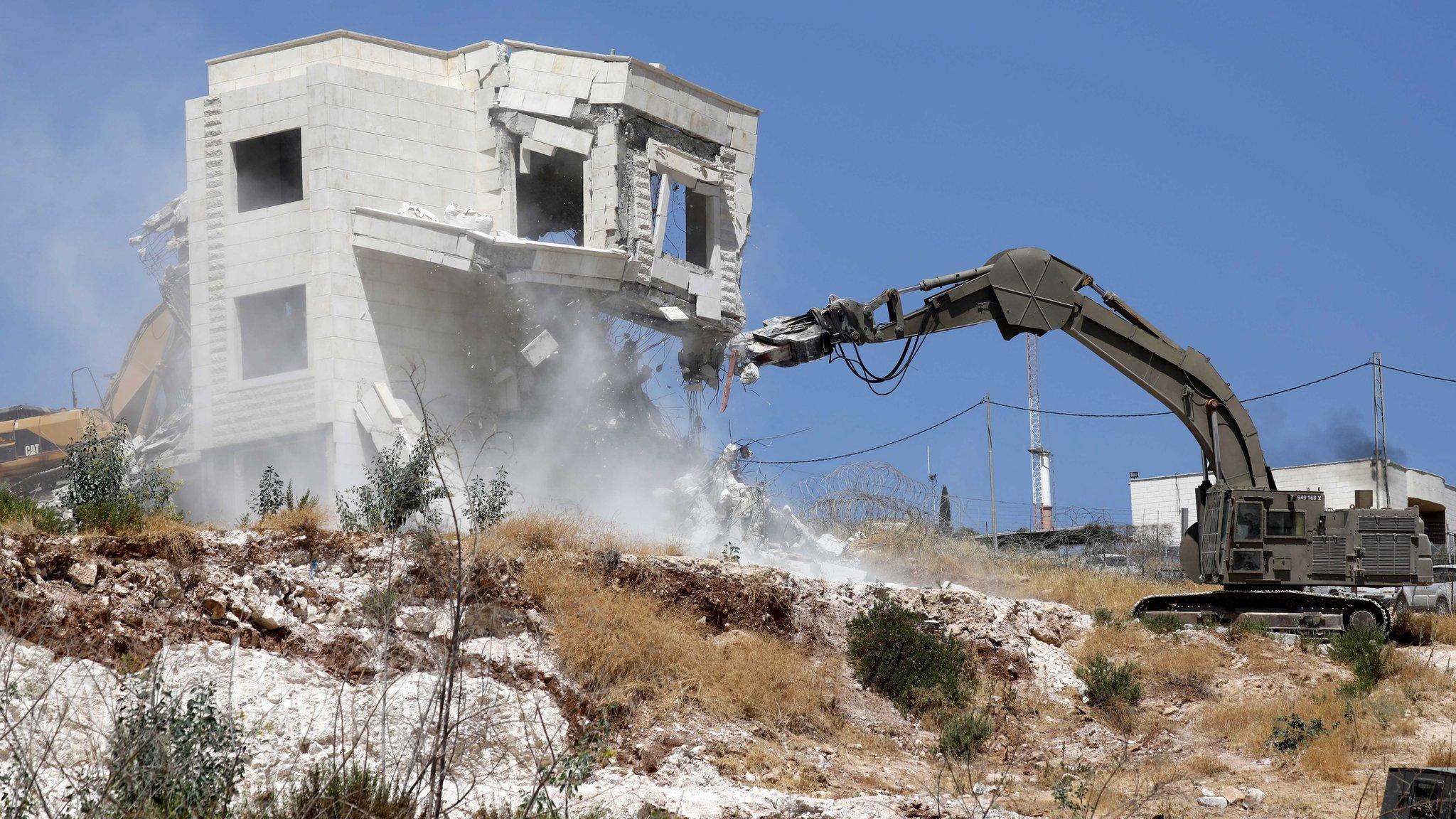 MA Israel mengatakan rumah-rumah itu merupakan ancaman keamanan.