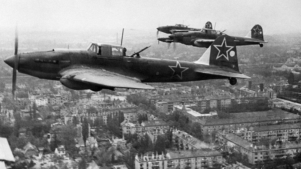 Berlin üstünde uçan Sovyet uçakları, 1945