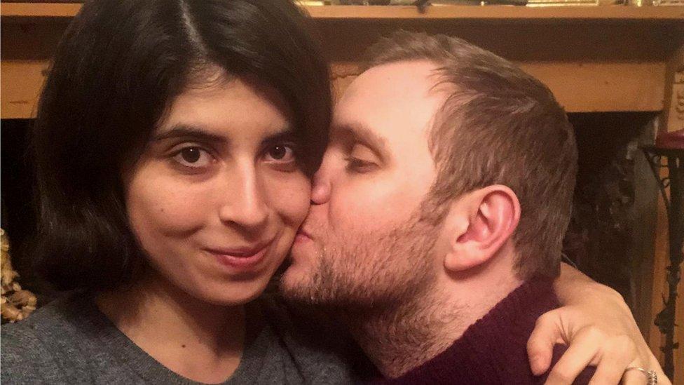 نشرت تهادا في تغريدة على تويتر صورة فوتغرافيه لهيدجز وهو يطبع قبلة على خدها