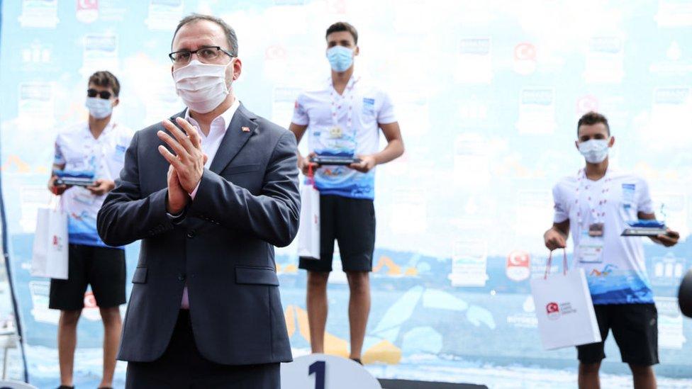 Ministar sporta Mehmet Muharem Kasapoglu čestita pobednicima posle trke