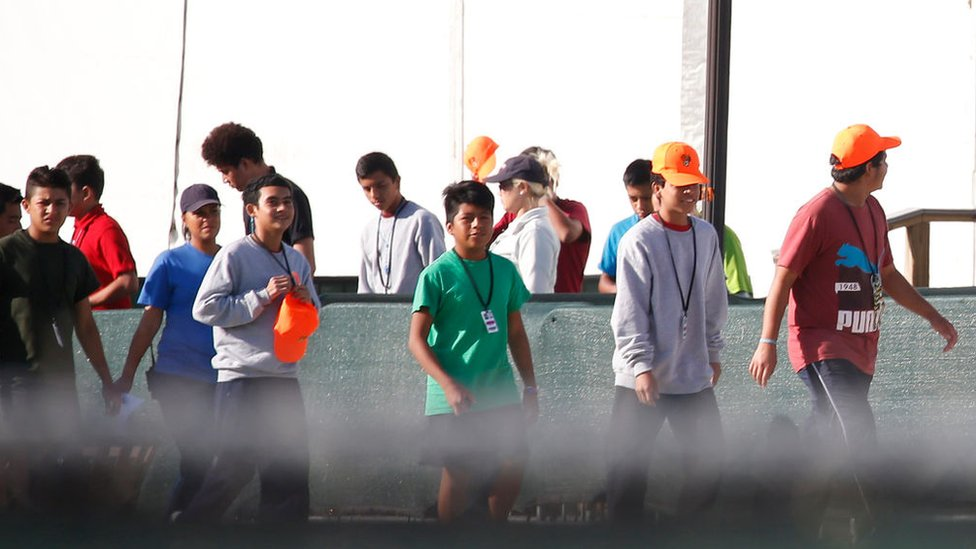 Menores caminando a las afueras del centro de detención de inmigrantes en Homestead, Florida