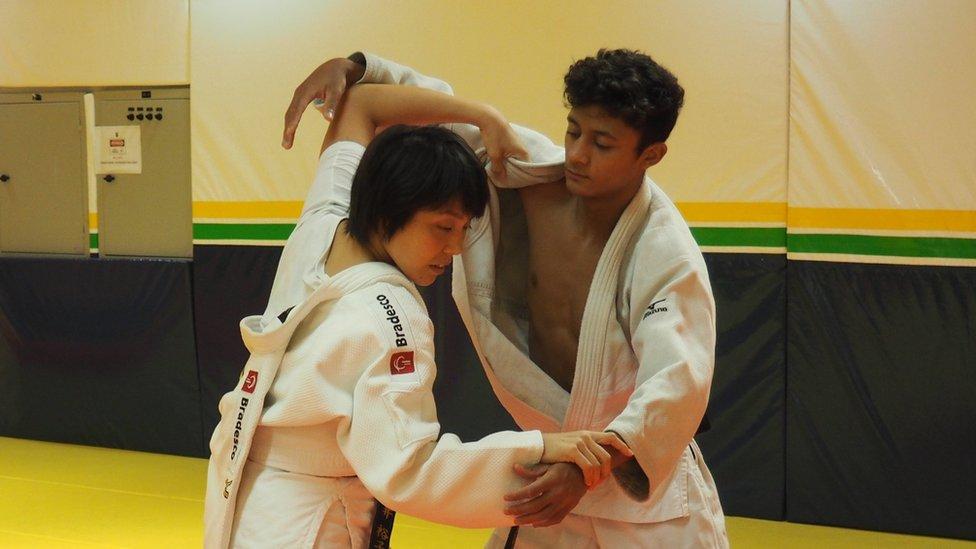 Fujii se enfoca más en las fortalezaas y debilidades de cada uno de sus dirigidos que en una técnica específica.