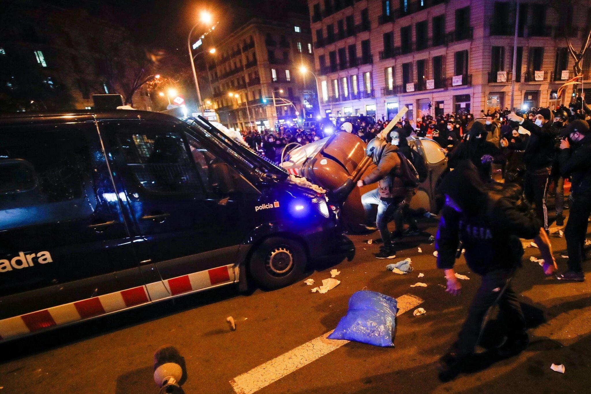 متظاهرون كتالونيون ينهالون بالضرب على سيارات الشرطة