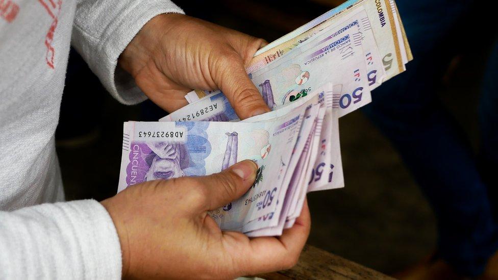 Pesona contando billetes.