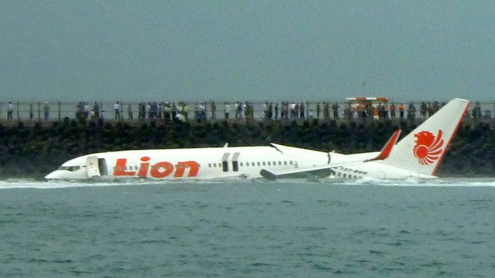 momento de accidente: avión de Lion Air en el agua