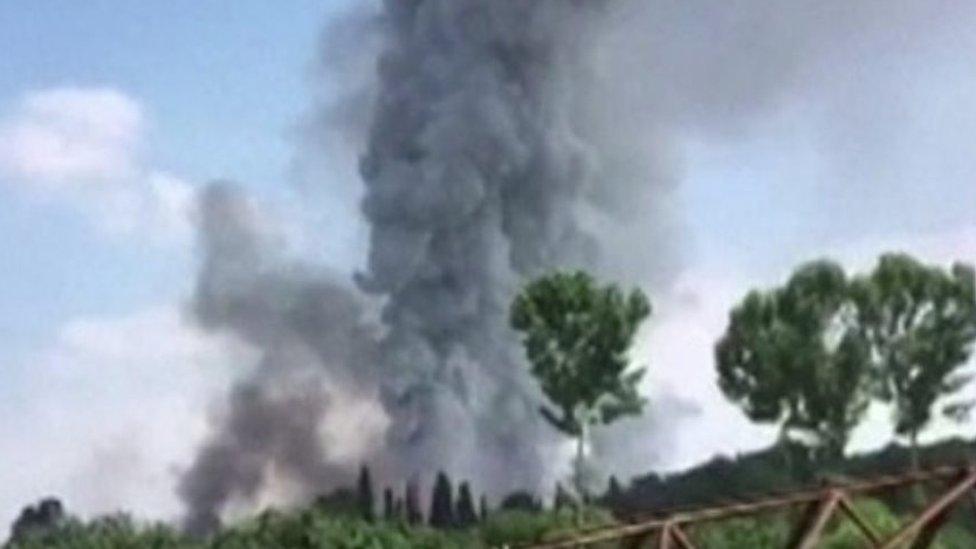 عمود من الدخان الأسود فوق منطقة الانفجار في مصنع الألعاب النارية بشمال غرب تركيا