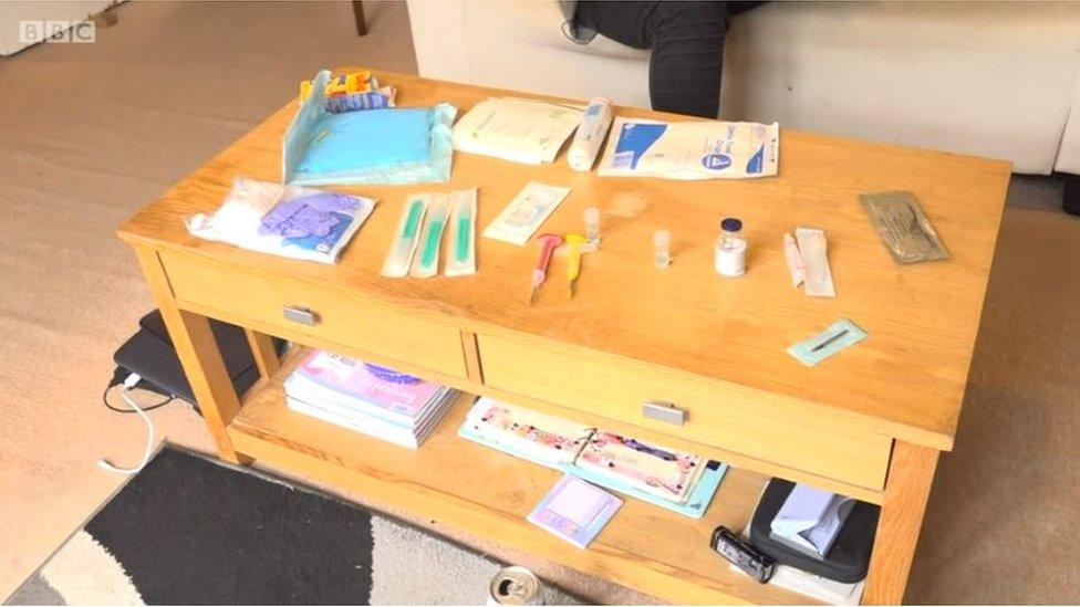 Mesa llena de implantes
