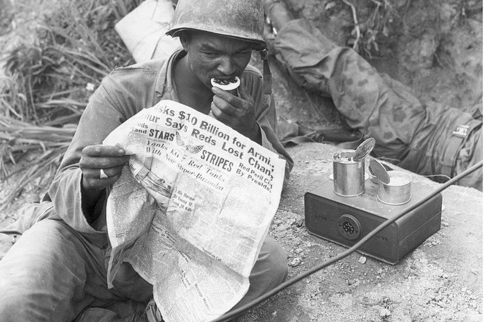 1952年朝鮮戰爭中,美軍士兵在讀《星條旗》報。
