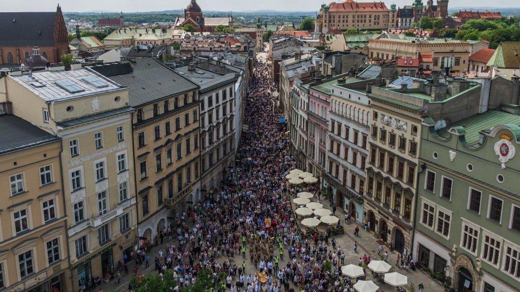 مسيرة حاشدة في كراكوف احتفالاً بالمناسبة بعدما حال الوباء العام الماضي دون ذلك