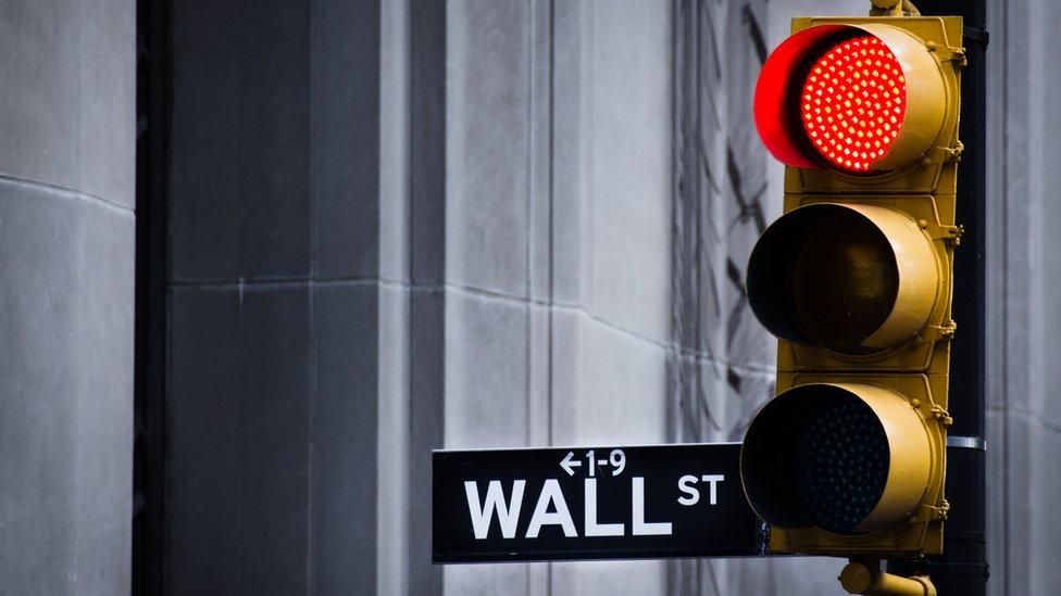 Semáforo y señal de Wall Street.