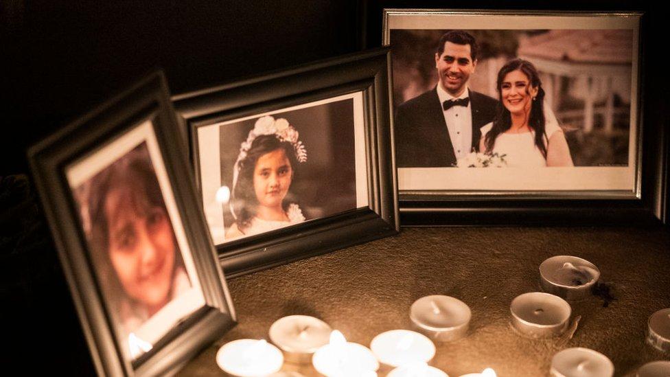 Fotos de las víctimas y velas