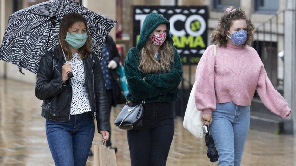 yağmurda yürüyen genç kızlar