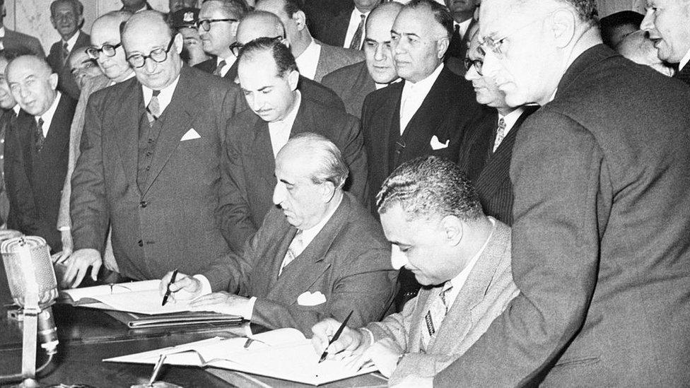 Los presidentes de Egipto, Gamal Nasser, y de Siria, Shukri El-Kuwatly, firman la proclamación de la República Árabe Unida, el 1 de febrero de 1958.