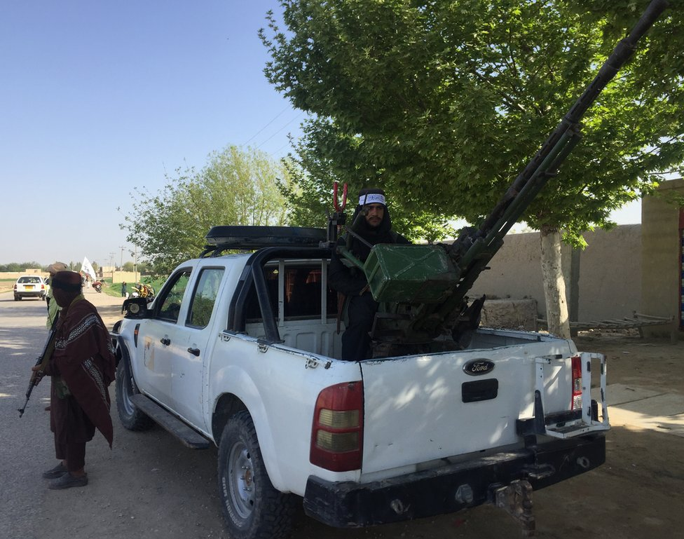 Un combatiente talibán con un arma antiaérea
