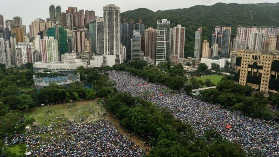 متظاهرون في متنزه فيكتوريا في هونغ كونغ