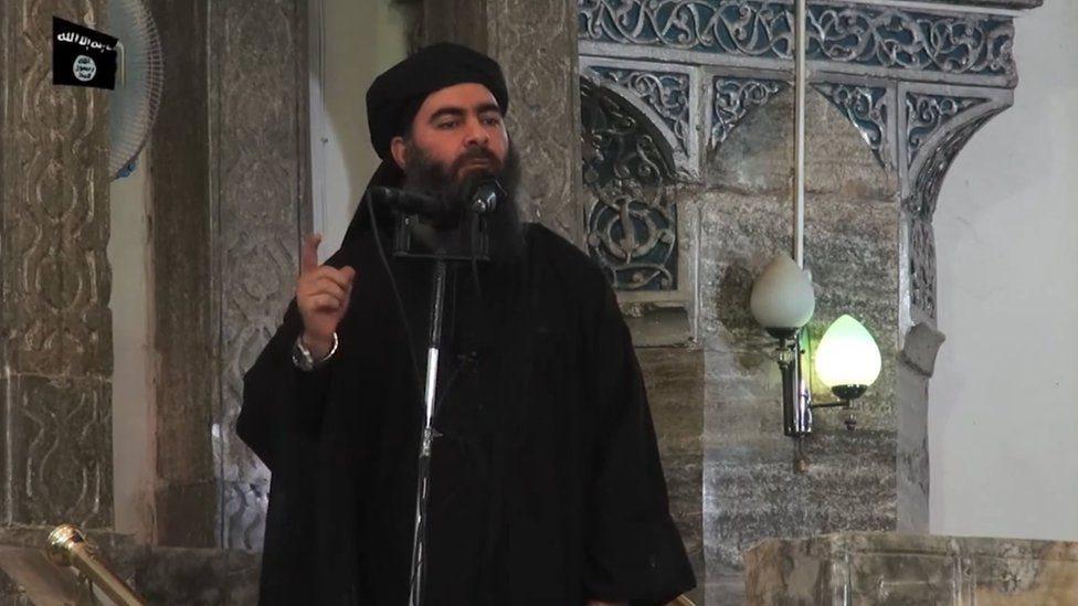 أبو بكر البغدادي في مسجد في مدينة الموصل العراقية في يوليو/تموز 2014