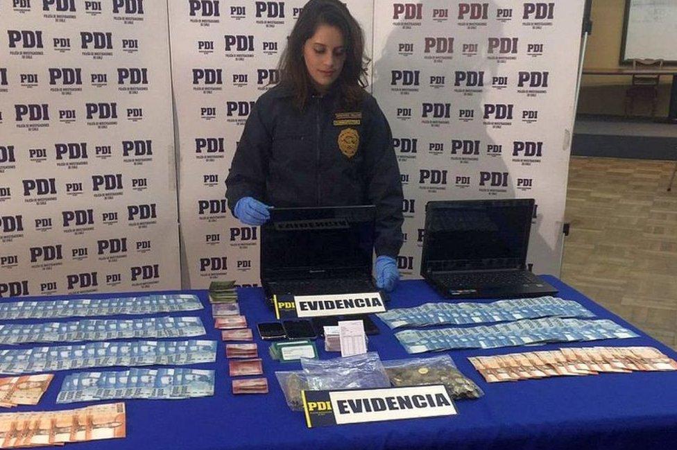Policía con dinero de la ilegaqlidad
