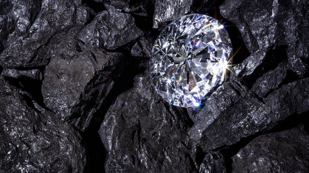 Diamante entre carbón