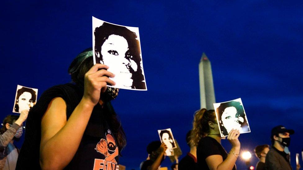 متظاهرون يحتجون على قرار هيئة المحلفين الكبرى في كنتاكي في قضية بريونا تايلور في 23 سبتمبر/أيلول 2020 في واشنطن العاصمة
