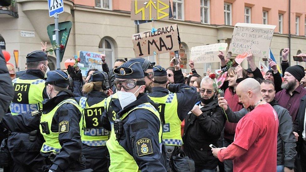 Agentes de la policía sueca detienen a manifestantes en Estocolmo.
