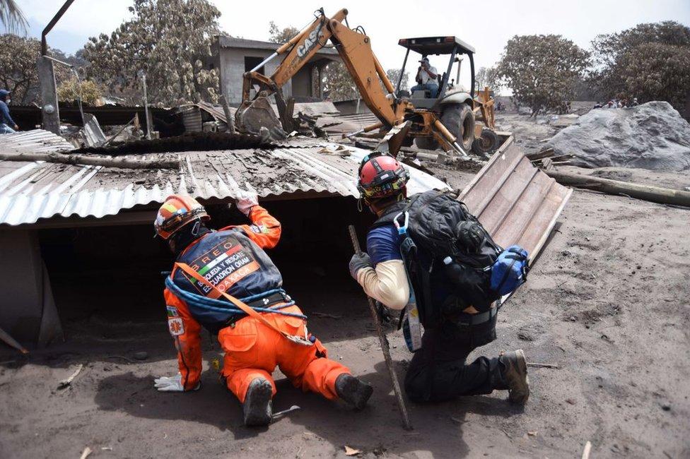 Los Topos de México buscan sobrevivientes en San Miguel Los Lotes, en Guatemala, el 9 de junio de 2018, seis días después de la erupción del Volcán de Fuego.