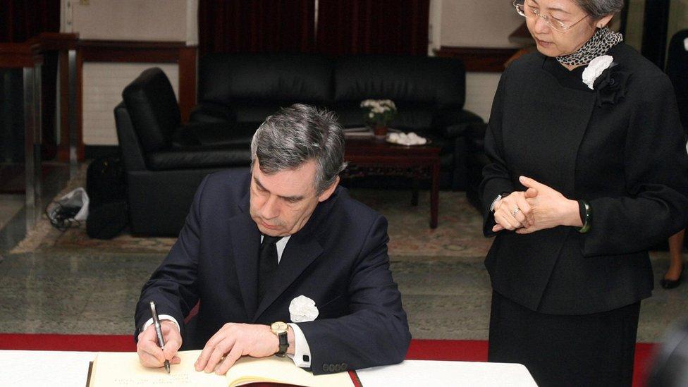 2008年四川大地震後,前英國首相布朗(又譯白高敦)曾經到訪大使館,在時任中國駐英大使傅瑩陪同下籤署悼念冊。