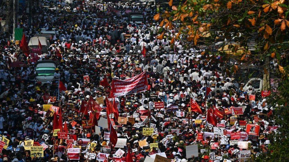 آلاف المتظاهرين نزلوا إلى الشوارع.