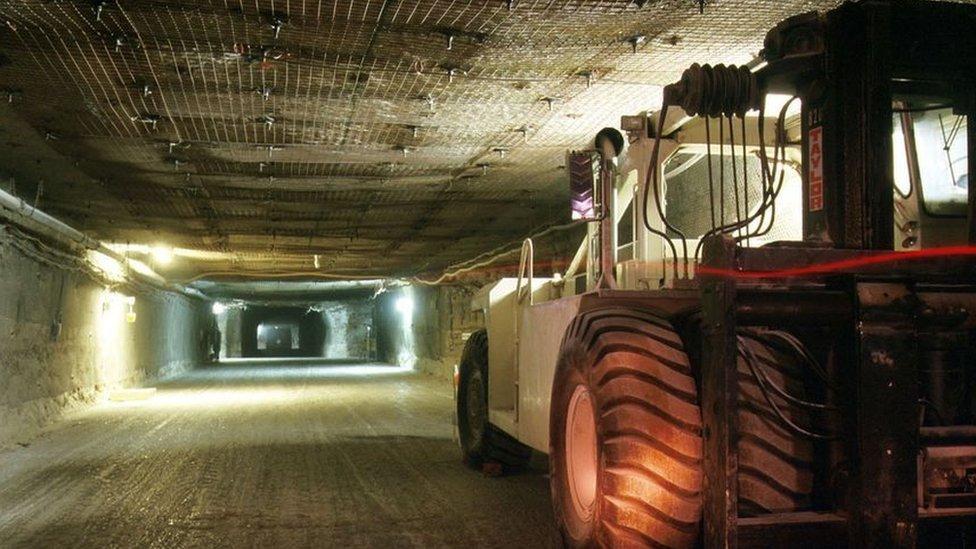 Tractor en el túnel.