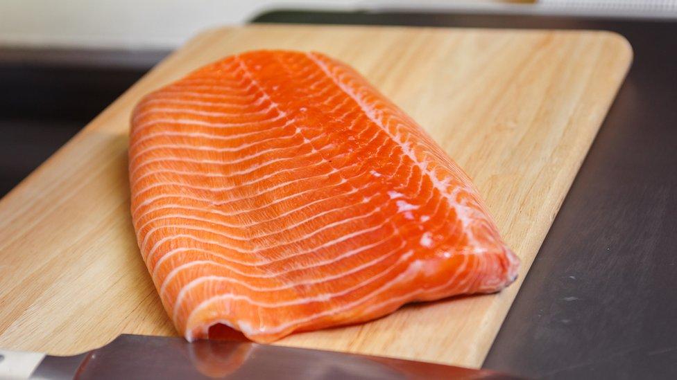 淡水虹鱒生魚片的肉色偏紅色,紋理較細。