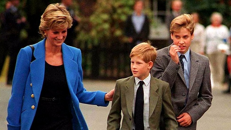 Diana lleva a Harry y William al colegio en 1995.