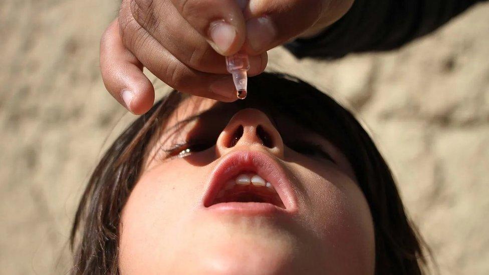 Criança afegã recebe vacina contra a pólio