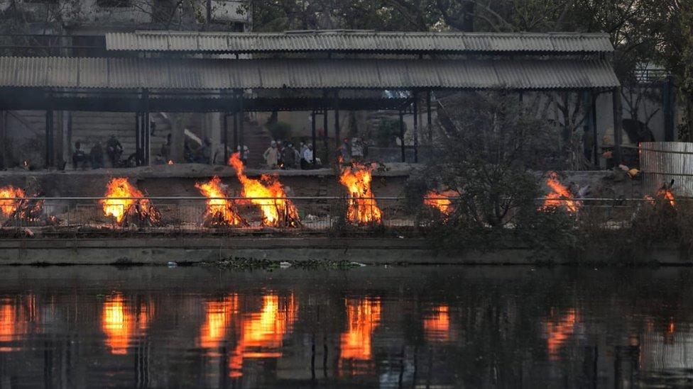 Piras funerarias encendidas en un crematorio de la ciudad de Lucknow, una de las más afectadas en India
