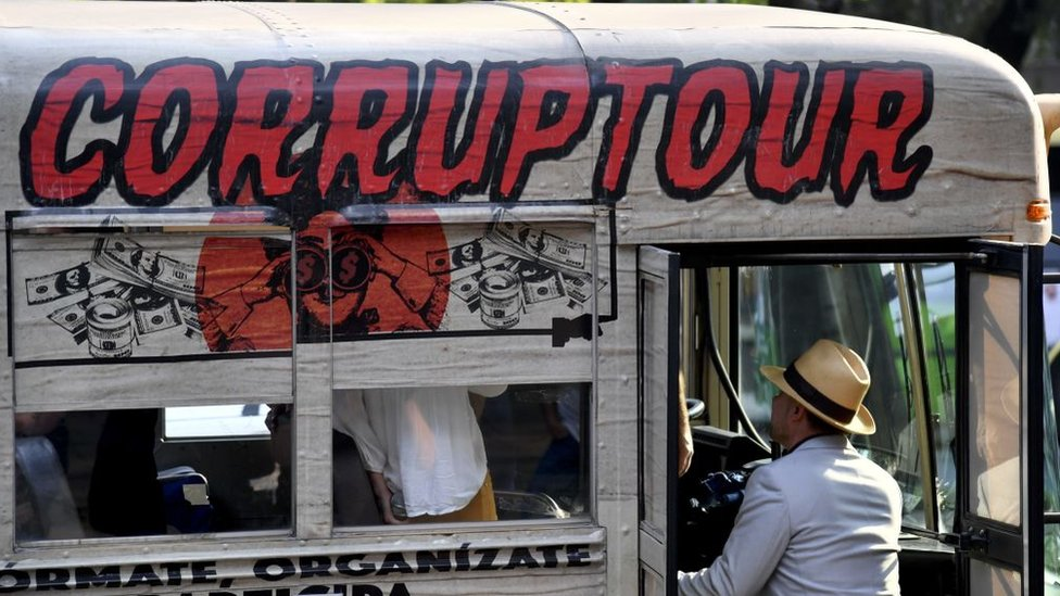 "Un autobús con un letrero de ""Corruptour"""