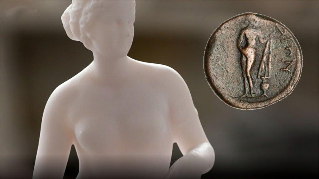 Copia contemporánea de la Afrodita de Cnidos y moneda.
