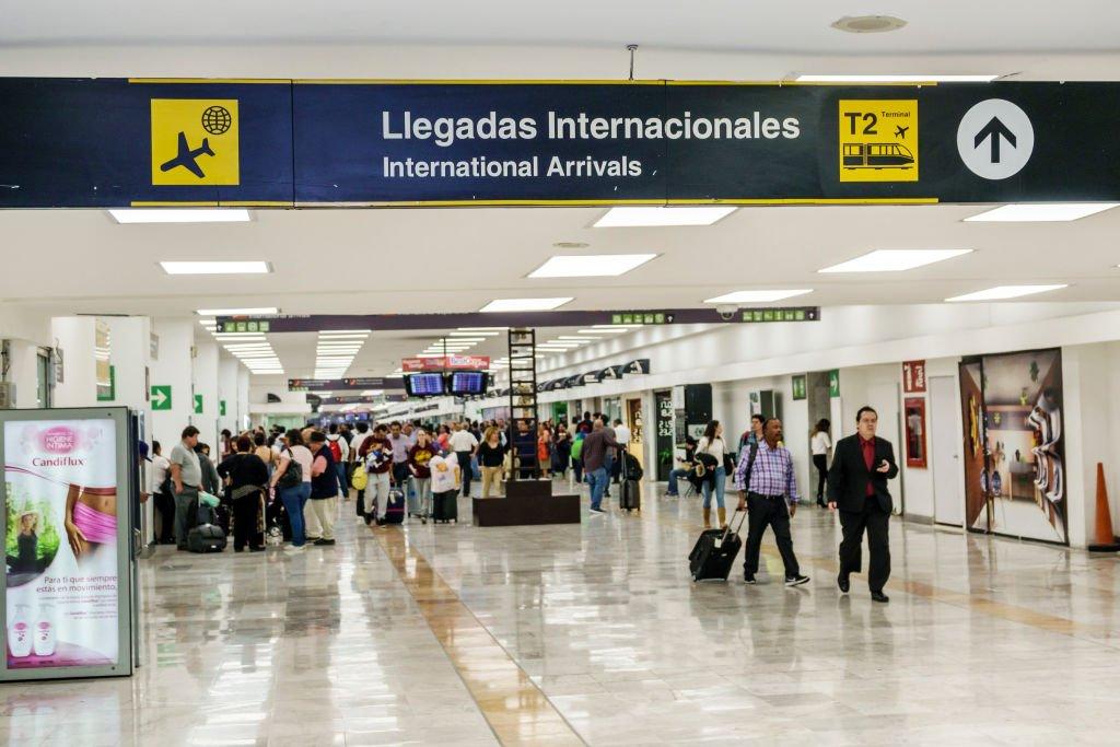 Un pasillo del aeropuerto Benito Juárez