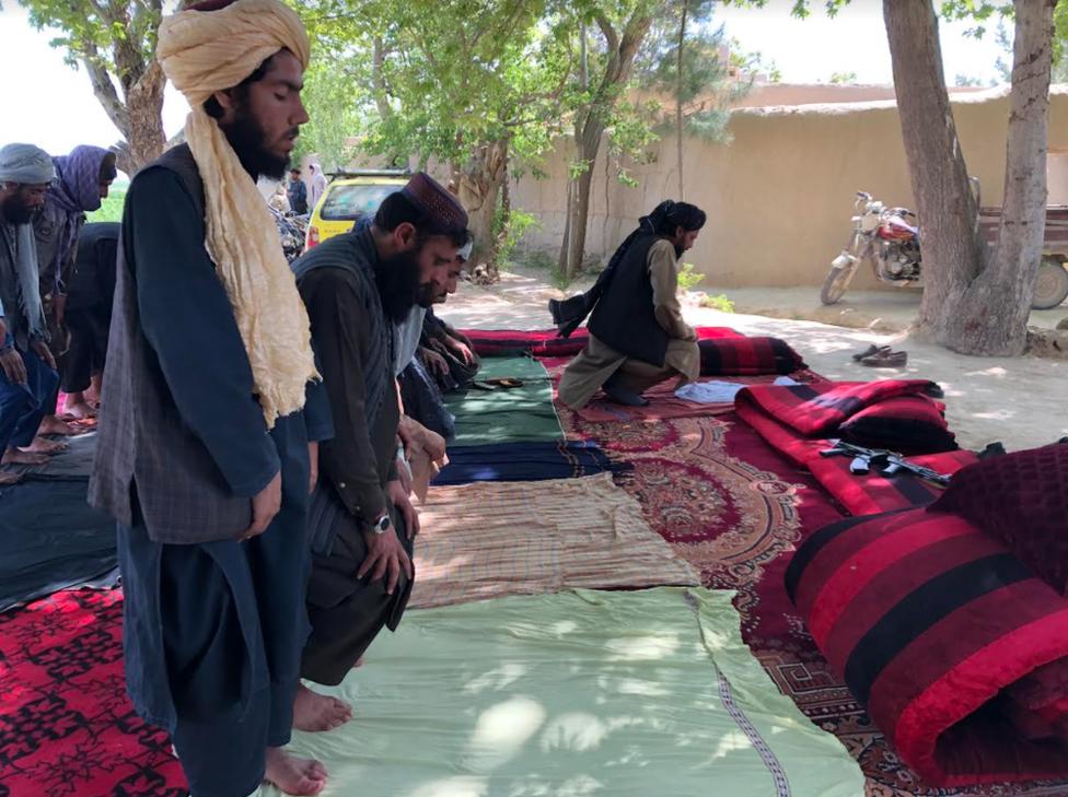 Combatientes del Talibán durante oraciones