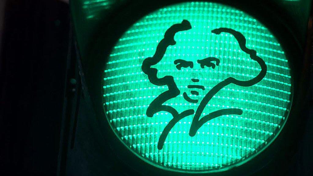 Un semáforo verde con el retrato de Beethoven en Bonn, durante la celebración del 250 aniversario de su nacimiento.
