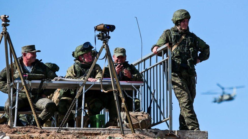 Soldados realizando ejercicios militares en la península ucraniana de Crimea.