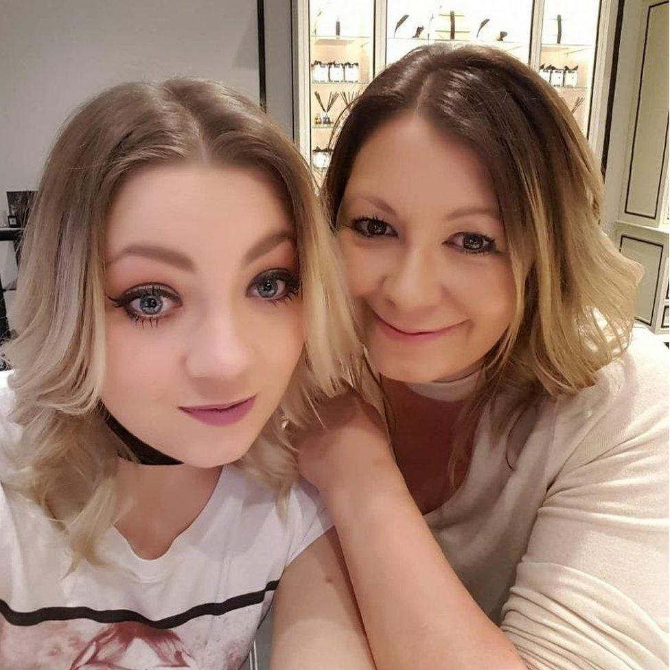 Clare disfruta de un día de mimos con su hija mayor: el perfume ahora huele repugnante para ella.