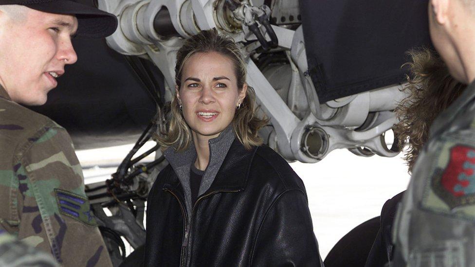 Hammon, junto a dos militares estadounidenses en 2002.