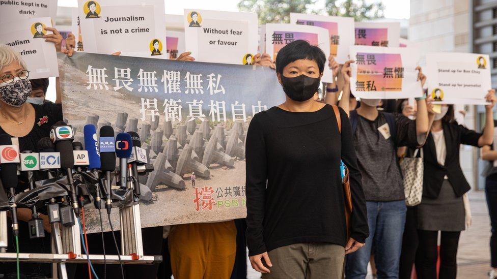 蔡玉玲(中)在西九龍裁判法院外會見記者同業(22/4/2021)