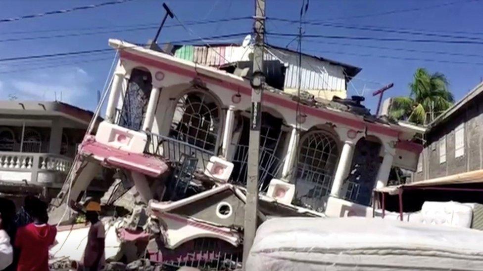 Imagen de un edificio en ruinas tras el terremoto en Haití.