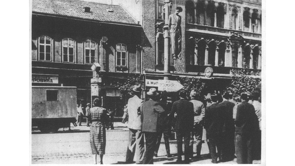 """Građani okupljeni ispred tela jednog od ubijenih """"komunističkih ilegalaca"""""""