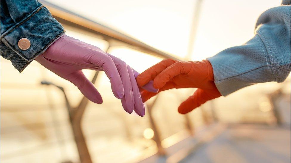 Anketler, insanların güvenli sosyal mesafelerle bile olsa ilk buluşmaları ertelediklerini gösteriyor.