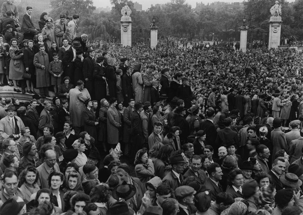 1945年8月15日,倫敦白金漢宮外人群聚集,等待國王喬治六世和王室成員出現,歡慶日本投降戰事結束。