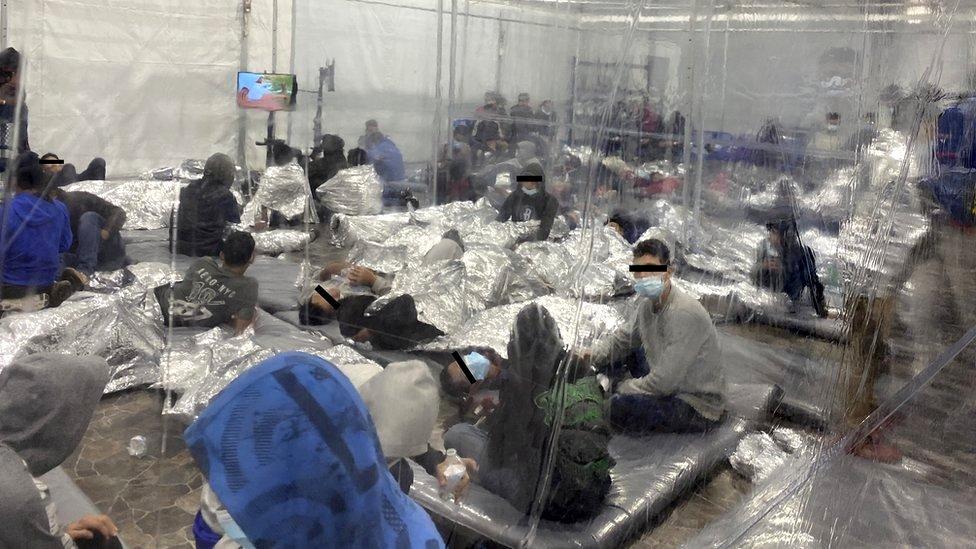Menores migrantes encerrados en un centro de detención atestado