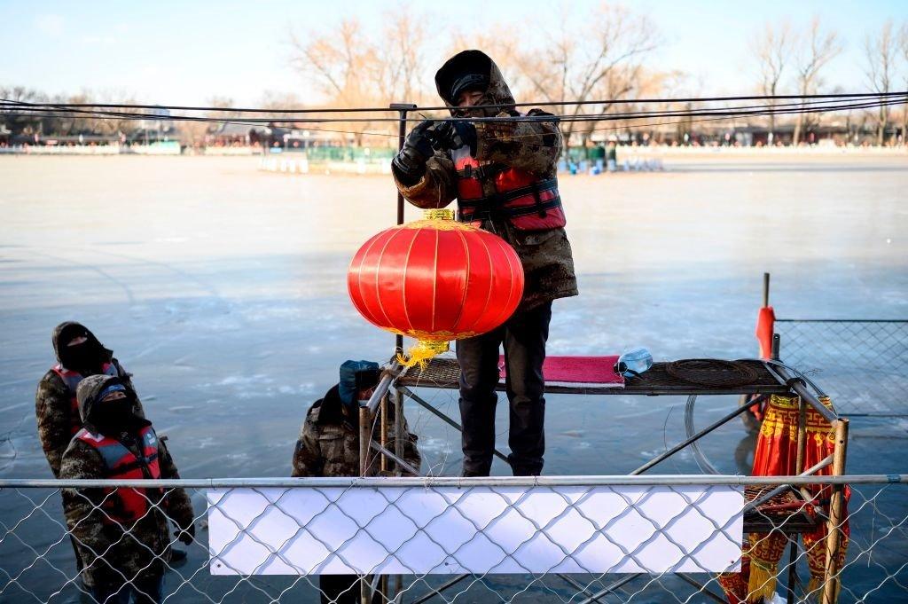 中國即將迎來春節。一名工作人員正在北京什剎海附近懸掛燈籠。